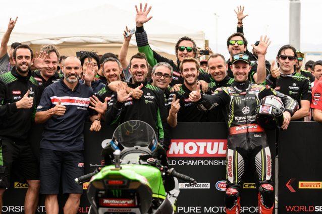Il team Kawasaki festeggia il quinto titolo consecutivo / SBK.com