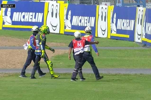 Valentino Rossi dopo la caduta alla curva 5 / MotoGP.com