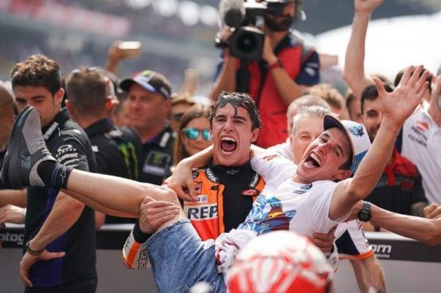 Marc Marquez festeggia insieme al fratello Alex al parco chiuso / Getty