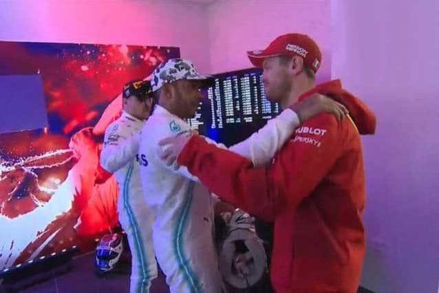 L'abbraccio di Vettel a Hamilton / F1.com