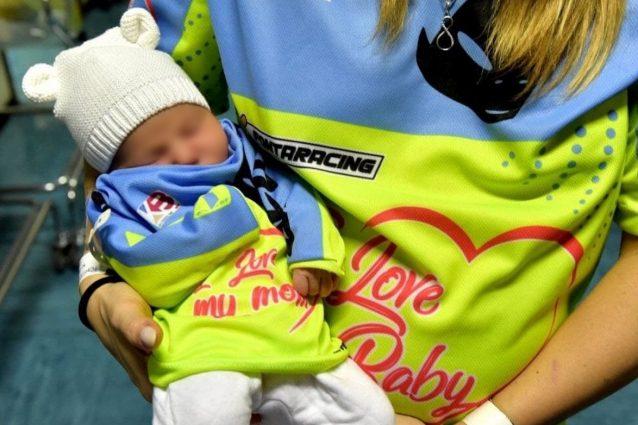 Kiara Fontanesi con la piccola Skyler: per mamma e figlia lo stesso completo con i colori della maglia da gara che la campionessa parmense avrebbe dovuto indossare quest'anno / Instagram