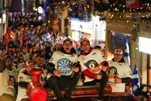 I fratelli Marquez festeggiano la doppietta Mondiale / Box Repsol