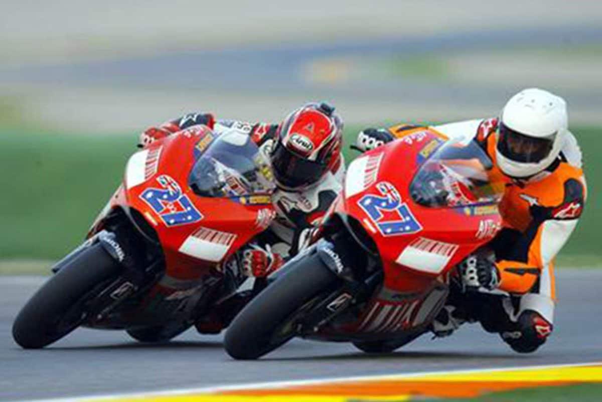 Michael Schumacher (casco bianco) e Randy Mamola sulla Ducati di Stoner a Valencia nel 2007 / Google