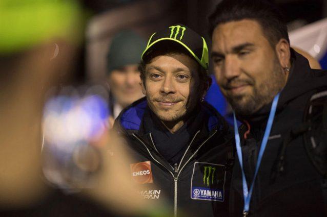 Valentino Rossi, 41 anni il prossimo 16 febbraio, insieme a un fan / Getty