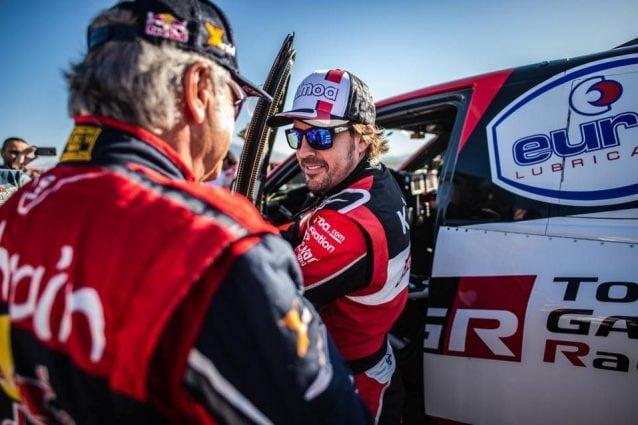 di spalle Carlos Sainz, 57 anni, con Fernando Alonso, 38 / ASO
