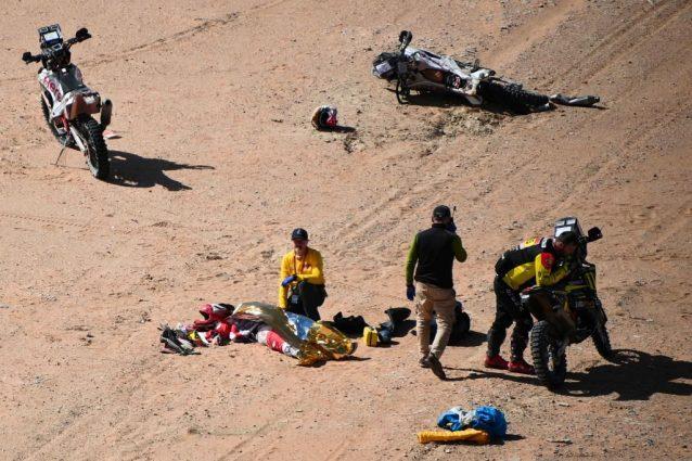 保罗·贡萨尔维斯(Paulo Goncalves)躺在地上,而医生试图营救盖蒂却失败了