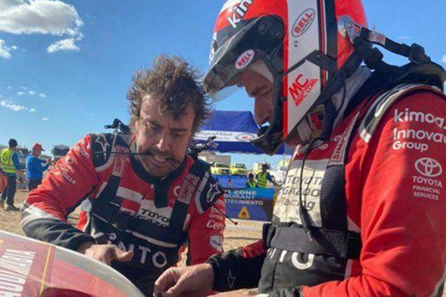 Fernando Alonso e Marc Coma riparano la Toyota Hilux con fascette e nastro adesivo / ASO