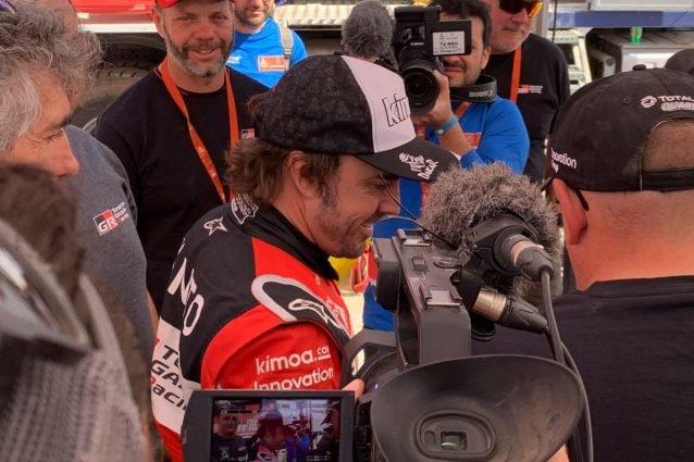 Fernando Alonso all'arrivo dell'ottava tappa della Dakar 2020 / Aso