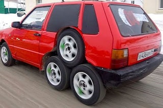 Auto, vecchia Fiat Uno trasformata in follia a 8 ruote