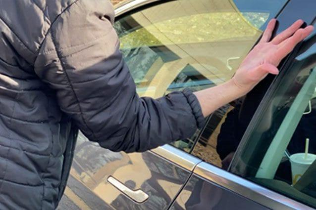Ben Workman, appassionato di cibernetica, si è fatto impiantare il chip di apertura della sua Tesla nella mano destra / Fox13