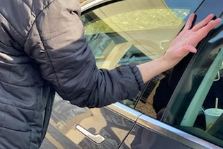 Auto-follia: si fa impiantare la chiave sottopelle per aprire la sua Tesla