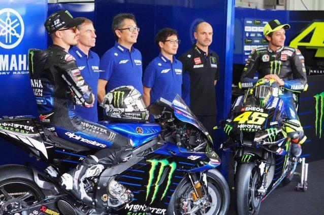 Foto di rito per il team Yamaha che si presenta a Sepang / Yamaha