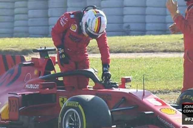 Sebastian Vettel, 32 anni, scende dalla SF1000 dopo il problema tecnico nei test di Barcellona / F1 TV