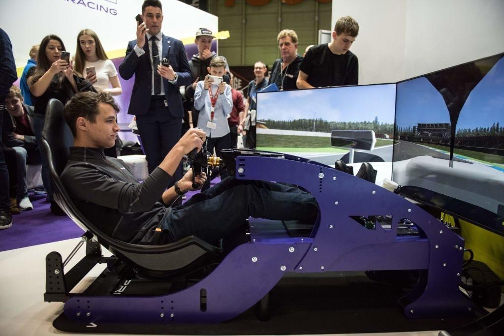 Lando Norris impegnato al simulatore virtuale