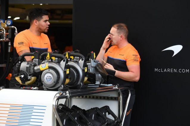 Due membri del team McLaren all'Albert Park Circuito di Melbourne / Getty