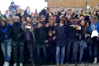 Bagno di folla per Vasco Rossi: i fan invadono la casa di Zocca (VIDEO)