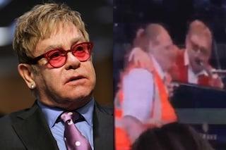 """Elton John si infuria con una hostess: """"Non sei Hitler"""", poi si scusa e l'abbraccia"""