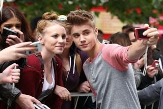 Justin Bieber ignora una fan in attesa di una foto e lei scoppia in lacrime