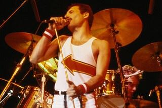 Queen più ricchi della Regina: quanto hanno guadagnato la band e Mary Austin, ex di Freddy Mercury