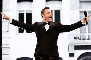 """Tiziano Ferro bloccato a mezz'aria durante il concerto: """"Il video sarà virale!"""""""
