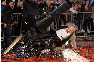 Sanremo 2016, Morgan parte con una gaffe: cade dallo skateboard sul red carpet (FOTO)
