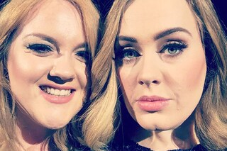 È identica ad Adele: la cantante la chiama sul palco per fare un selfie