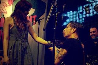 Jesse Hughes degli EODM, durante un concerto, chiede alla compagna di sposarlo