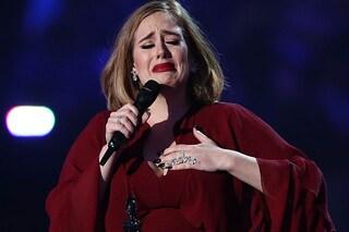 Proposta di matrimonio gay sul palco di Adele: 'Posso essere la madre surrogata?'