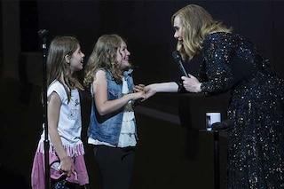 La sorpresa di Adele quando invita due fan sul palco: 'Ti conosco da quando eri piccola'