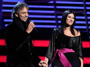 Andrea Bocelli e Laura Pausini si esibiscono durante i Grammy del 2008 (Getty Images)