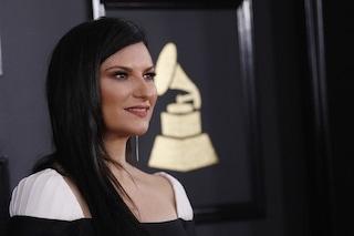 """Laura Pausini festeggia """"La solitudine"""" e fa impazzire i fan con un'immagine su Facebook"""