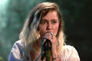 """Miley Cyrus dedica """"Malibu"""" ad Ariana Grande e a Manchester: """"I nostri cuori sono con voi"""""""