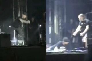 """J-Ax cade dal palco di Roma e ironizza: """"Però non ho mai smesso di cantare"""""""