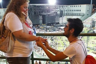 """La proposta di matrimonio al concerto di Tiziano Ferro: """"È il suo cantante preferito"""""""