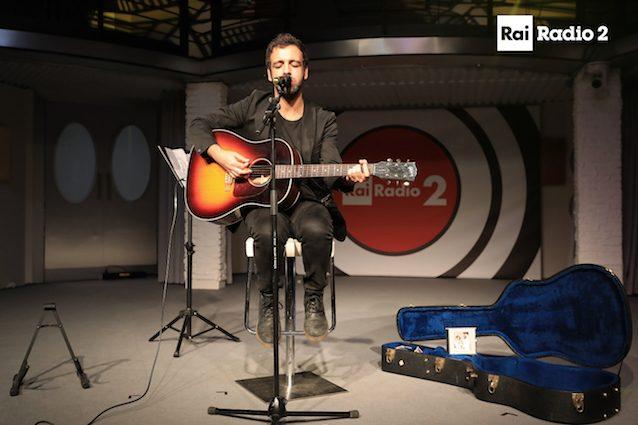 Colapesce durante il live a Radio 2