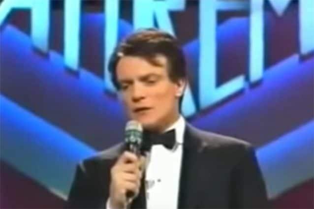 """Massimo Ranieri canta """"Perdere l'amore"""" a Sanremo."""