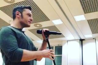 """Tiziano Ferro torna sul nuovo album: """"Manca tanto ma scrivo. Ve le vorrei cantare già"""""""