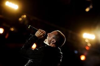 """I Linkin Park ricordano Bennington a un anno dalla morte: """"Sembra tu stia ancora qua"""""""