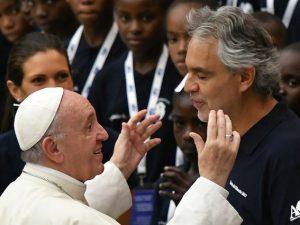 Andrea Bocelli e Papa Francesco (Getty Images)