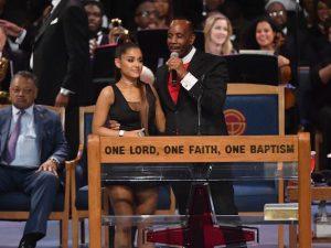 Ariana Grande e il reverendo al funerale di Aretha Franklin (Getty Images)