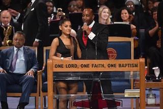 Funerali Franklin, il Vescovo si scusa con Ariana Grande per una mano troppo vicina al petto