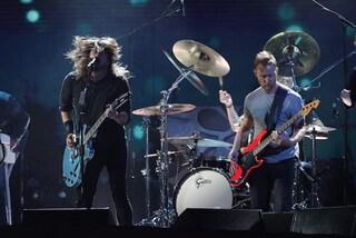 """Dave Grohl perde la voce e rinvia due concerti dei Foo Fighters: """"Devo smetterla di uscire con Bono"""""""