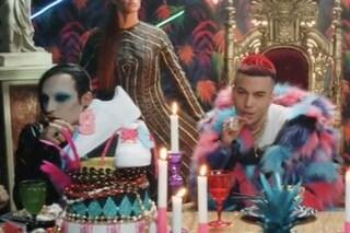Il video di Rockstar di Sfera Ebbasta: al suo banchetto Amy Winehouse, Marilyn Manson e i Beatles