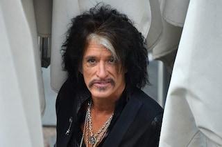"""Joe Perry degli Aerosmith collassa dopo un concerto: """"Ha una congestione polmonare, ora sta meglio"""""""