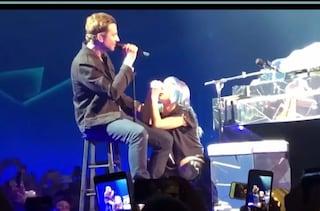 "Bradley Cooper a sorpresa al concerto di Lady Gaga, i due cantano insieme ""Shallow"""