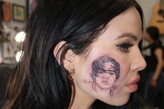 Una cantante si tatua il volto di Harry Styles sul volto per il compleanno dell'ex One Direction