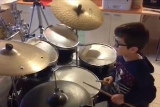 """A 6 anni stupisce Gianni Morandi suonando alla batteria """"C'era un ragazzo..."""""""