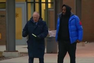 R. Kelly esce dal carcere dopo aver pagato la cauzione di 90 mila euro: il video della scarcerazione