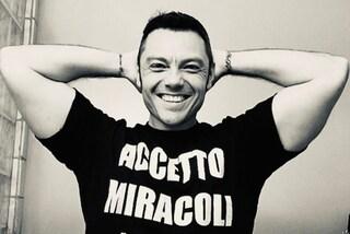 """Tiziano Ferro, """"Accetto Miracoli"""" è il titolo del nuovo album annunciato il giorno del compleanno"""