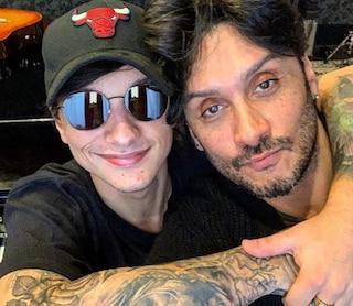 """Sanremo 2019, Ultimo duetta con suo 'fratello' Fabrizio Moro ne """"I tuoi particolari"""""""